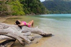 женщина ослабляя на тропическом пляже Стоковая Фотография RF