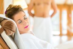 Женщина ослабляя на lounger курорта здоровья стоковая фотография rf
