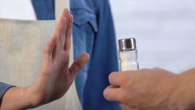 Женщина отвергая соль, выбирая бессолевую диету для здорового питания, образ жизни сток-видео
