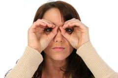 женщина отверстий брюнет смотрря прищурясь Стоковое фото RF