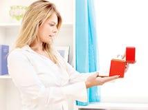 женщина отверстия коробки причудливая домашняя Стоковые Изображения RF