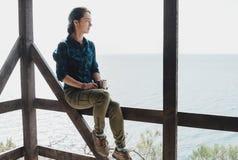 Женщина отдыхая с чашкой чаю Стоковая Фотография RF