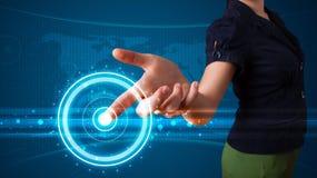 Женщина отжимая высокотехнологичный тип современных кнопок Стоковые Изображения RF
