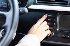 Женщина отжимая кнопку с зависимой фиксацией Стоковые Фото