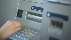 Женщина отжимая правильную кнопку и вводя ее код штыря на ATM, креня видеоматериал
