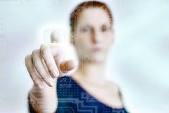 Женщина отжимая сенсорную панель стоковое фото