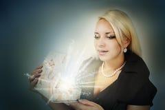 Женщина открывает подарок Стоковые Фото