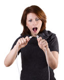 Женщина отключает кабель стоковое фото