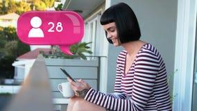 Женщина отправляя SMS в балконе сток-видео