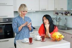 Женщина отправляя СМС на мобильном телефоне в компании Стоковое Изображение RF