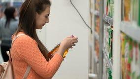 Женщина отснятого видеоматериала покупает сок в супермаркете акции видеоматериалы