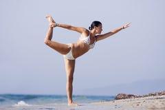 Женщина отступления каникул океана ослабляя на пляже стоковые фотографии rf