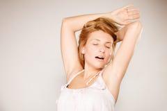 Женщина отсутствие состава зевая и протягивая Стоковые Изображения