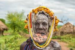 Женщина от африканского племени Mursi в ее деревне стоковое изображение rf