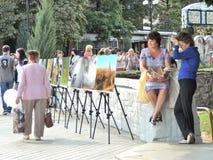 Женщина отдохнула на парапете около внешней выставки фото стоковое фото