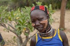 Женщина от племени hamar (состав свадьбы ритуальный) Стоковые Изображения