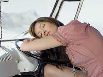 Женщина отдыхая на рулевом колесе Van стоковое изображение rf