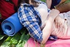 Женщина отдыхая на траве Стоковое Изображение RF