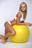 Женщина отдыхая на шарике пригодности стоковое изображение rf