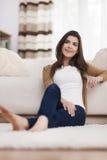 Женщина отдыхая дома стоковые фото