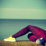 Женщина отдыхая после делать резвится outdoors Стоковые Фотографии RF