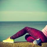 Женщина отдыхая после делать резвится outdoors Стоковые Изображения RF