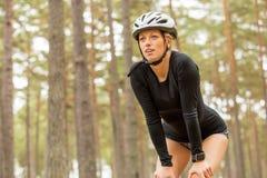Женщина отдыхая после практики конька ролика Стоковые Фото