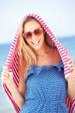 Женщина от Sun на празднике пляжа Стоковые Изображения