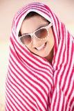Женщина от Sun на празднике пляжа Стоковое Изображение