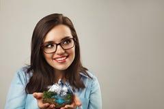 Женщина офиса жизнерадостная держит часть острословия ландшафта горы Стоковое Изображение RF