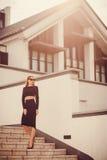 Женщина офиса одела в строгих черных юбке и верхней части карандаша Стоковые Фото