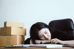 Женщина офиса спать над ее работой на столе Стоковое фото RF