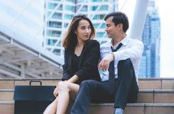 Женщина офиса с говорить бизнесмена на открытом воздухе стоковое фото