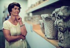 Женщина оценивает выставку в историческом музее стоковая фотография