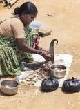 Женщина очищает и режет рыб Стоковые Фотографии RF