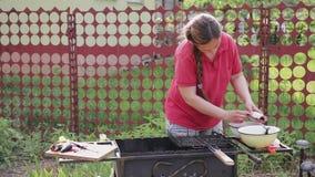 Женщина очищает рыб акции видеоматериалы