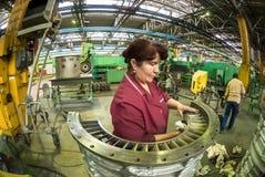 Женщина очищает часть для двигателя авиации Стоковая Фотография