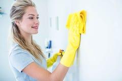Женщина очищая ванную комнату стоковое фото rf