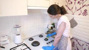 Женщина очищая газовую плиту видеоматериал