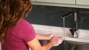 Женщина очищая ее руки сток-видео