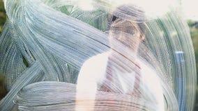 Женщина очищая окна сток-видео