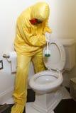 Женщина очищая туалет циновки Haz Стоковое Фото