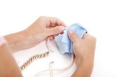 Женщина очищая jewellery Стоковое Изображение RF