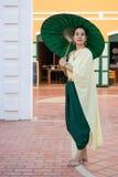 женщина одевая в тайском традиционном костюме Стоковое Изображение RF