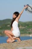 Женщина одела при белые rompers coveralls joying солнечный день стоковое изображение rf