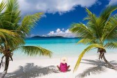 женщина пальм пляжа тропическая Стоковое фото RF