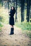 женщина парка брюнет тонкая гуляя стоковая фотография