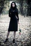 женщина парка брюнет тонкая стоковое фото