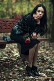 женщина парка брюнет тонкая стоковые изображения rf