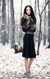 женщина парка брюнет тонкая стоковые фотографии rf